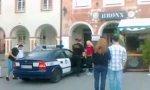 Probesitzen im Polizeiauto