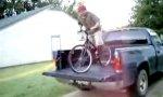 Mit dem Fahrrad vom Pick-Up springen